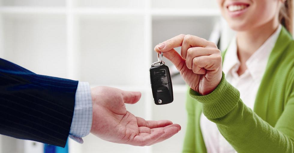 Übergabe Autoschlüssel Leihwagen von der Autovermietung im VW Autohaus Häfner Schleusingen